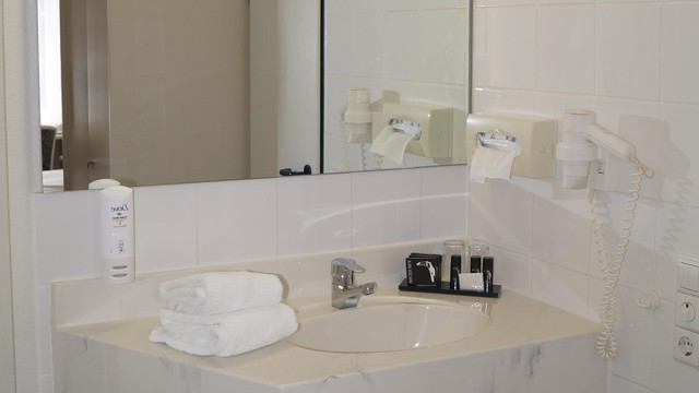 Standard plus room bathroom