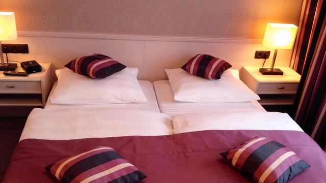 Junior suite bed