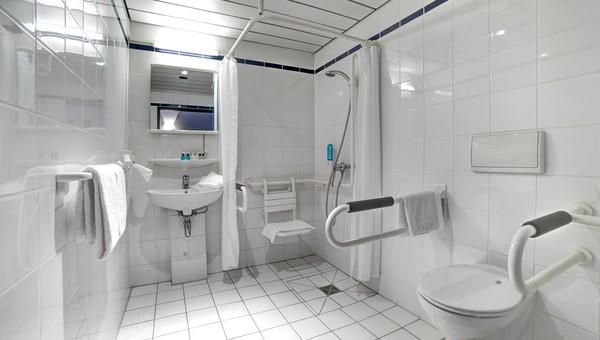 Standard Behindertengerechtes Zimmer Van Der Valk Landhotel Spornitz - Behindertengerechtes badezimmer